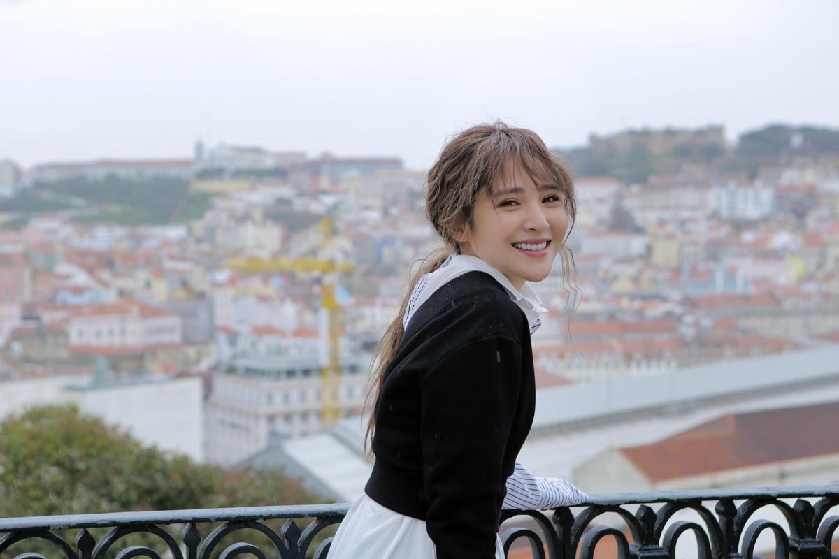 梁文音新專輯飛往里斯本取景,如夢似幻的浪漫場景讓作品加分不少。(環球提供)