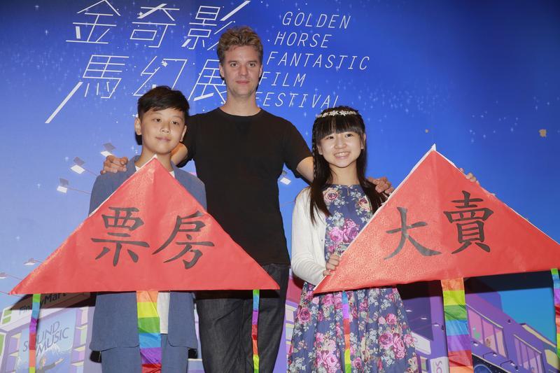 電影《小玩意》的童星樂樂(右)及鍾宸翃(左)貼心準備寫著「票房大賣」的亮眼風箏送給導演王洪飛,祝福本片奪得好成績。