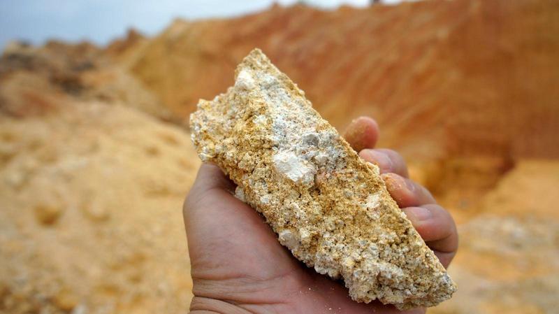 稀土不像其他金屬會集結成塊,而是散佈在礦土中。(東方IC)