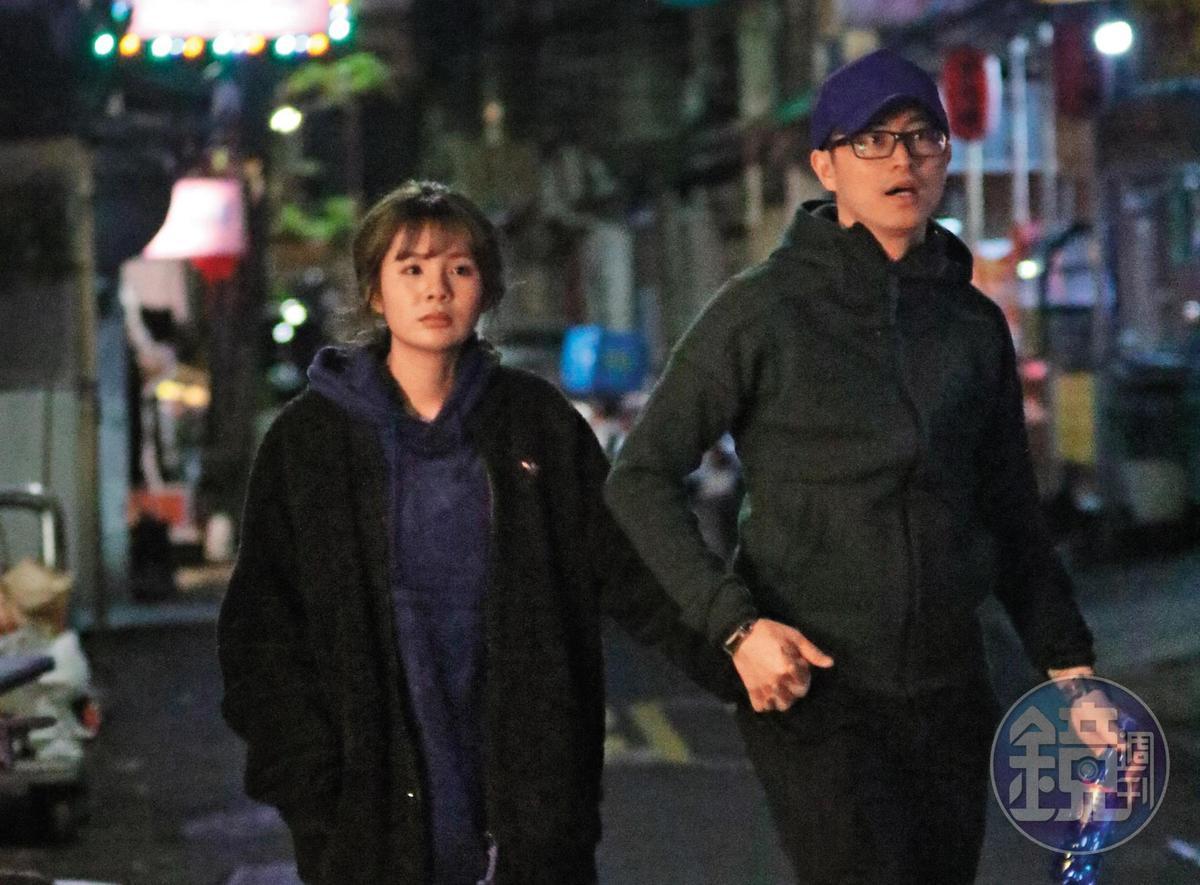 3月12日晚間00:01,袁艾菲交了新男友,她的舊愛林冠百(右)照把女明星,這次是相對小咖的「鮪魚」徐瑋吟,兩人電影約會完手牽手。