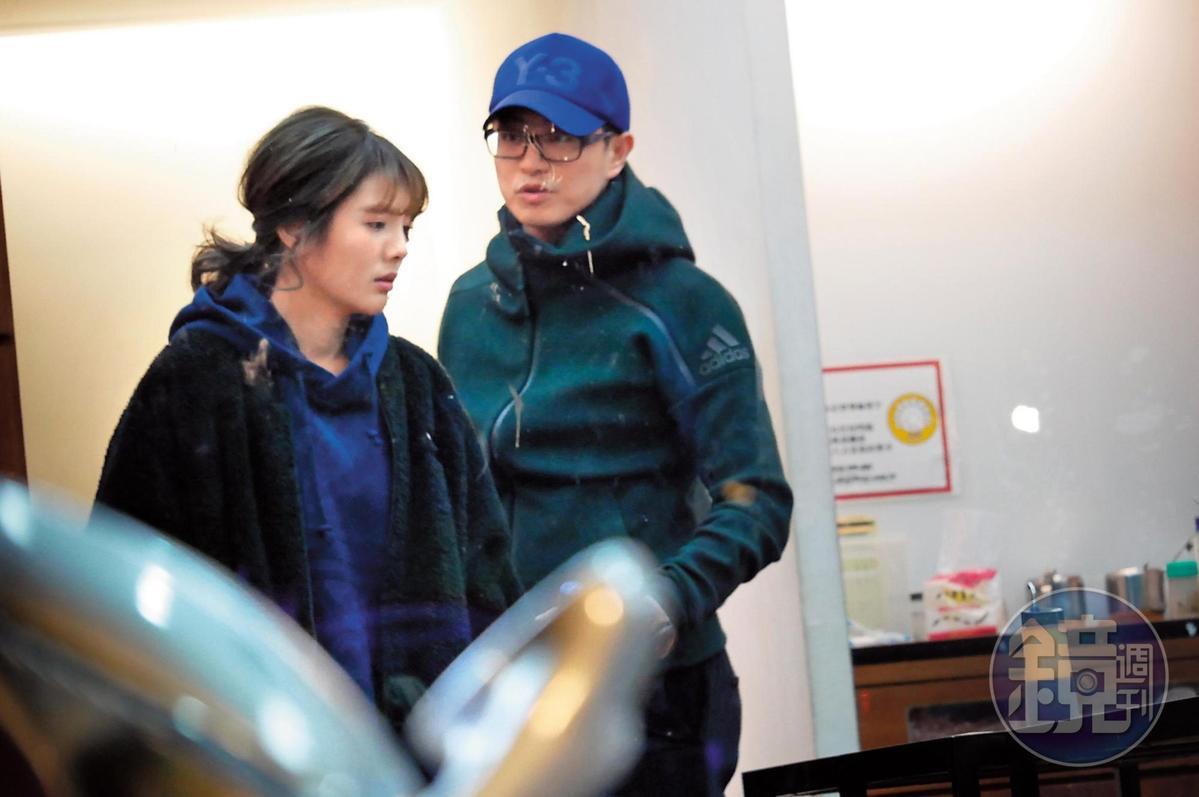 3月12日晚間00:04,兩人繼續下半夜的行程之前先到處採買,雖是熱戀,但也有股老夫老妻的fu。