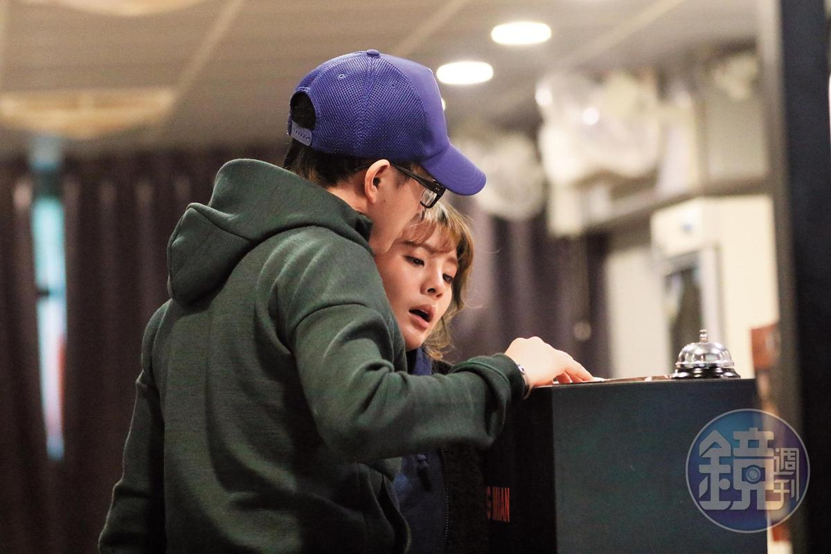 3月12日晚間00:05,點餐時兩人靠得很近,而且根據觀察,都是林冠百買的單。過去媒體也形容林冠百是千萬餐飲小開。