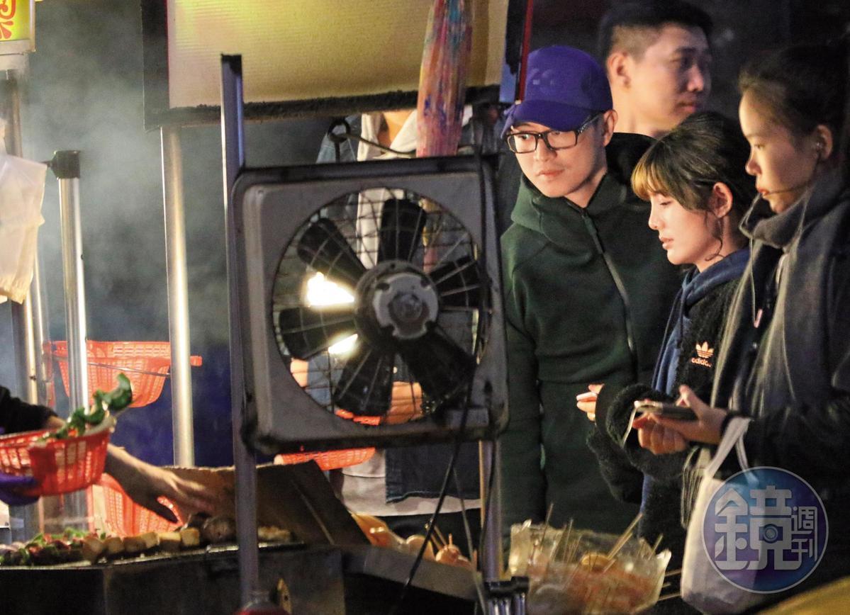 3月12日晚間00:10,林冠百(左)跟鮪魚(右二)買了好多吃的,顯示兩人的食欲都非常高漲,而且擅長以吃培養感情。