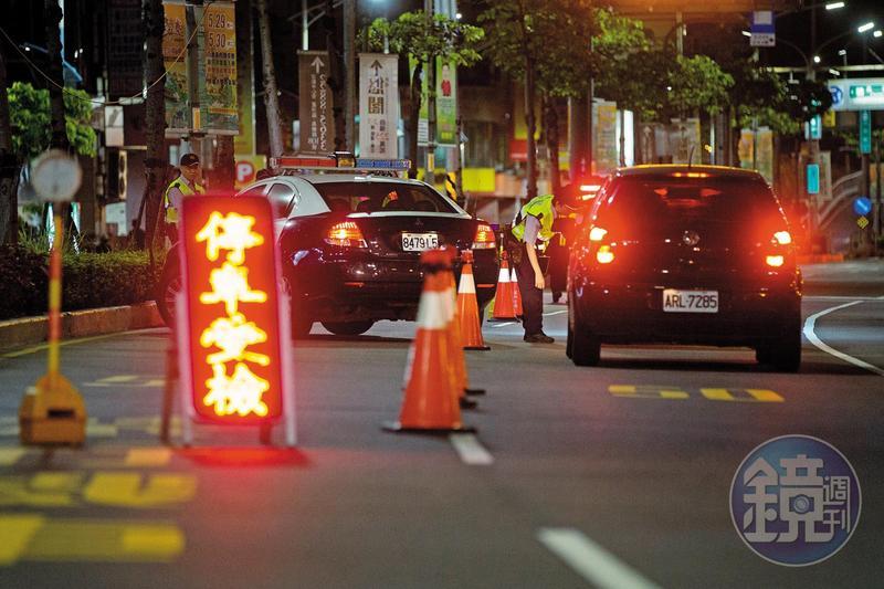 立法院修法將拒絕警察攔檢稽查逃逸罰鍰,由3,000至6,000元提高為1萬至3萬元。