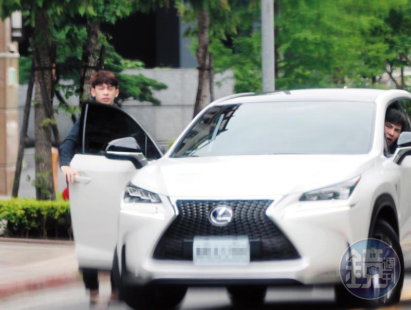 謝佳見(右)開車載孫瑋廷(左)出門,差點與前輛車發生擦撞,孫瑋廷還下車察看。