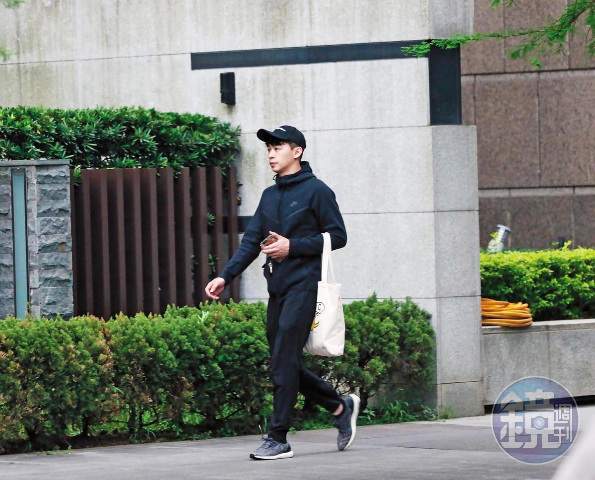 4/18 17:40 孫瑋廷送謝佳見到目的地後,把車開回家,又拎著購物袋出門採買。