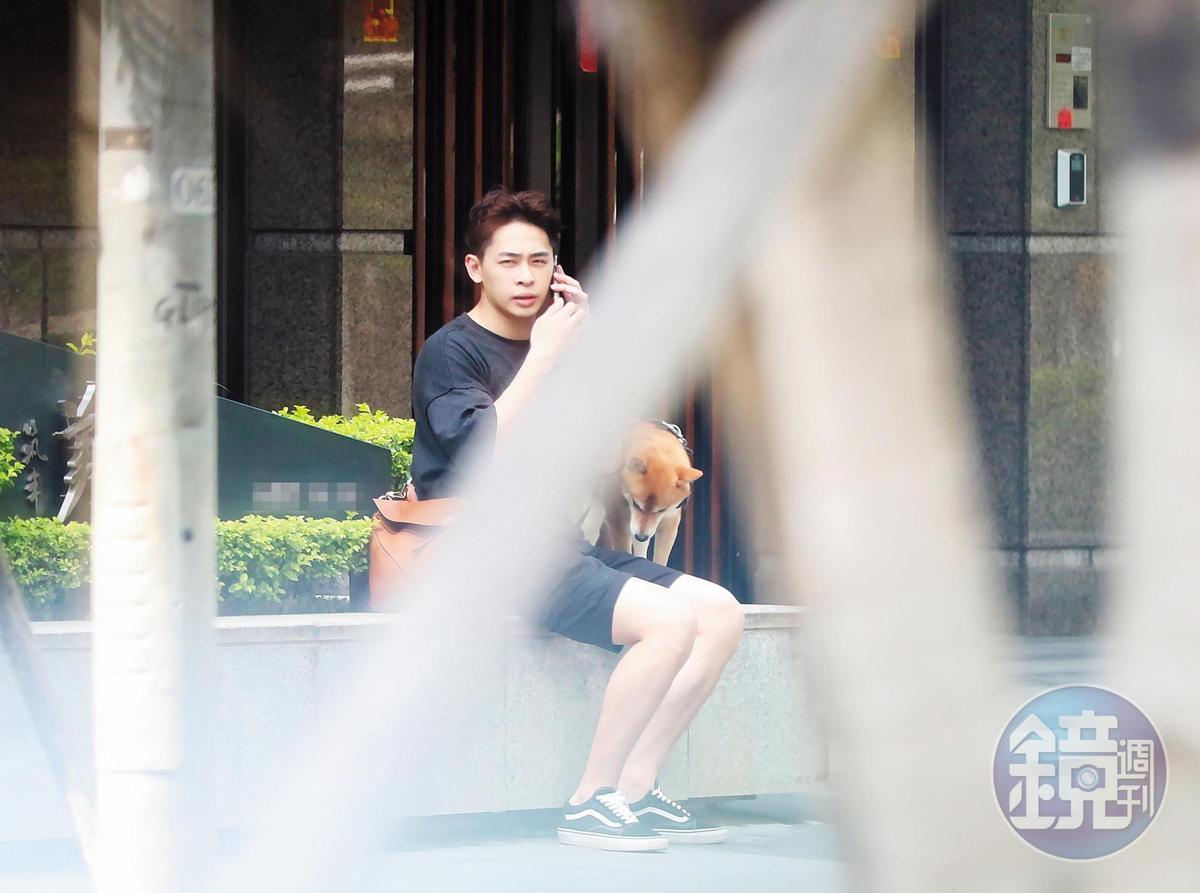 15:42 孫瑋廷帶著謝佳見的狗下樓散步。