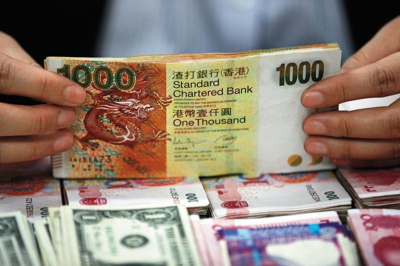 港幣保衛戰的答案,不是港幣脫鉤美元、也跟中美貿易戰關係不大,是亞洲資金大量流向美國。(東方IC)