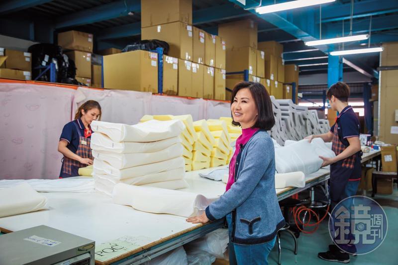 譚芙芩(右)在床墊市場耕耘逾30年,17年前創立量身紓壓床枕品牌TENDAYs,成為多位正副元首都買單的總統級名床。