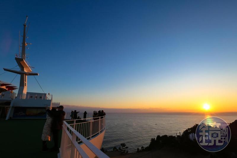 在太陽郵輪遊艇度假村的頂樓欣賞日出,是住客才有的福利。