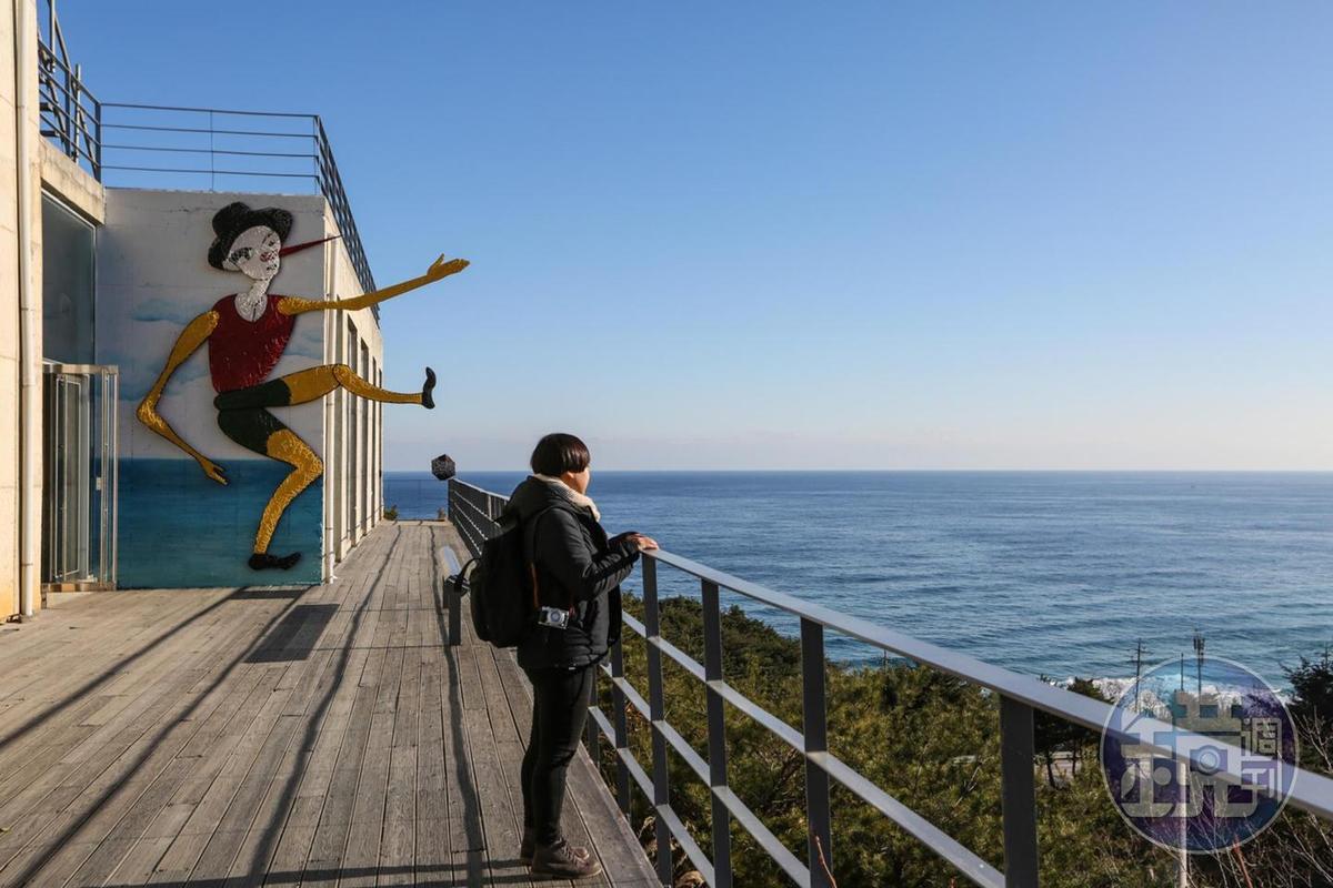 要鑽進2樓的小木偶美術館之前,會先經過一段能欣賞到海景的長廊。