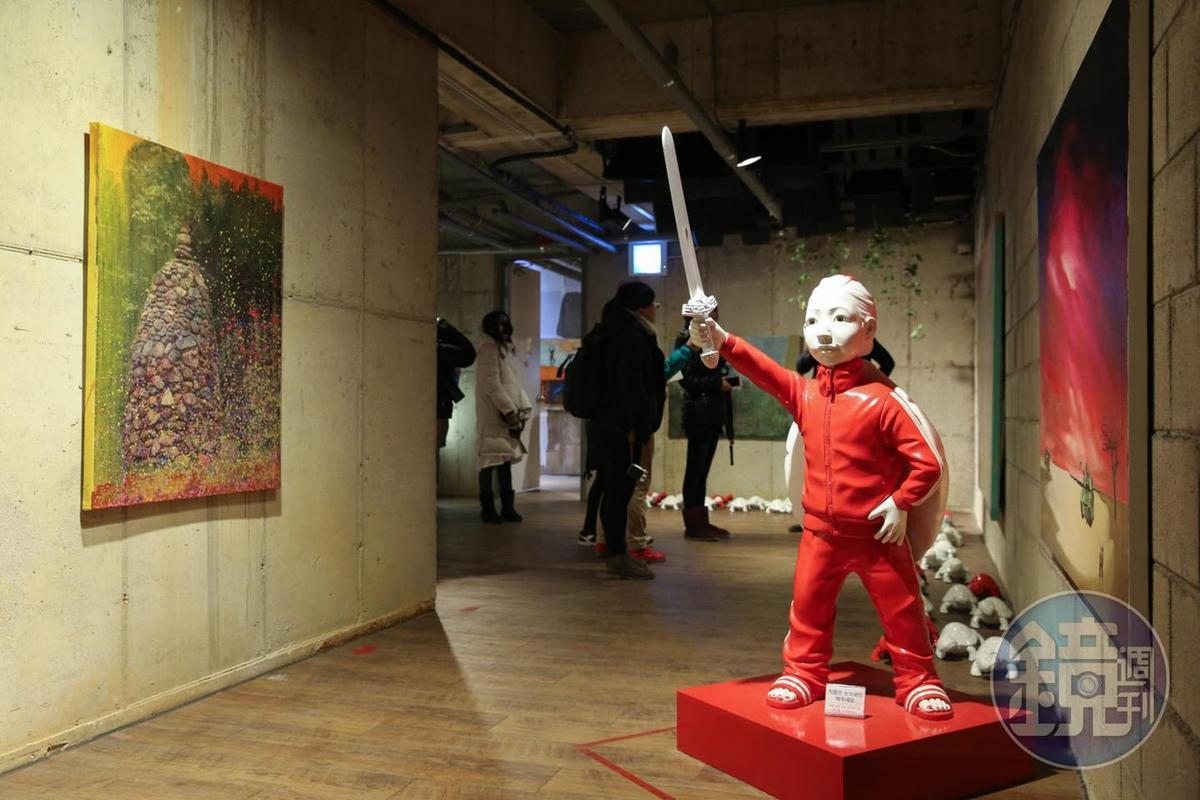 這個作品的名字是「夢想與希望」,前面的孩子是朝著夢想前進,後面的小烏龜則是代表邁向希望。