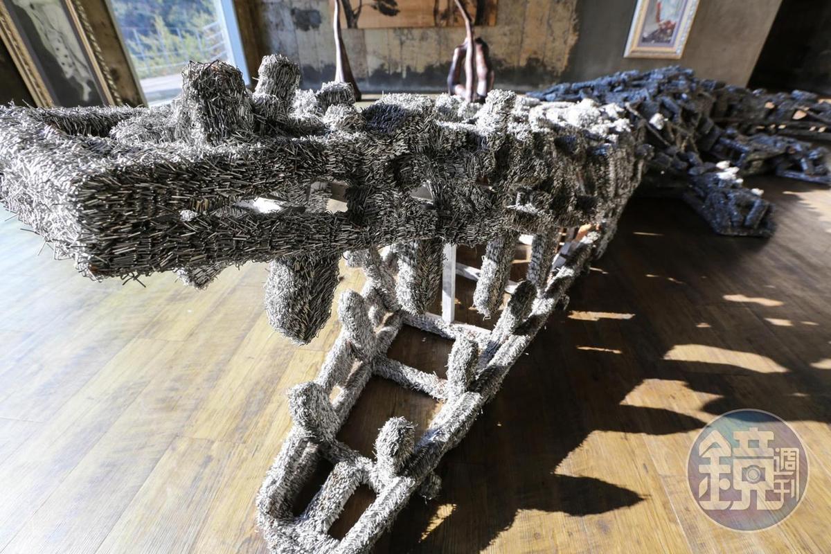 這個鱷魚造型的藝術品,叫做「釘書針的叛亂」,是藝術家用了20萬個釘書針,花9個月設計而成。