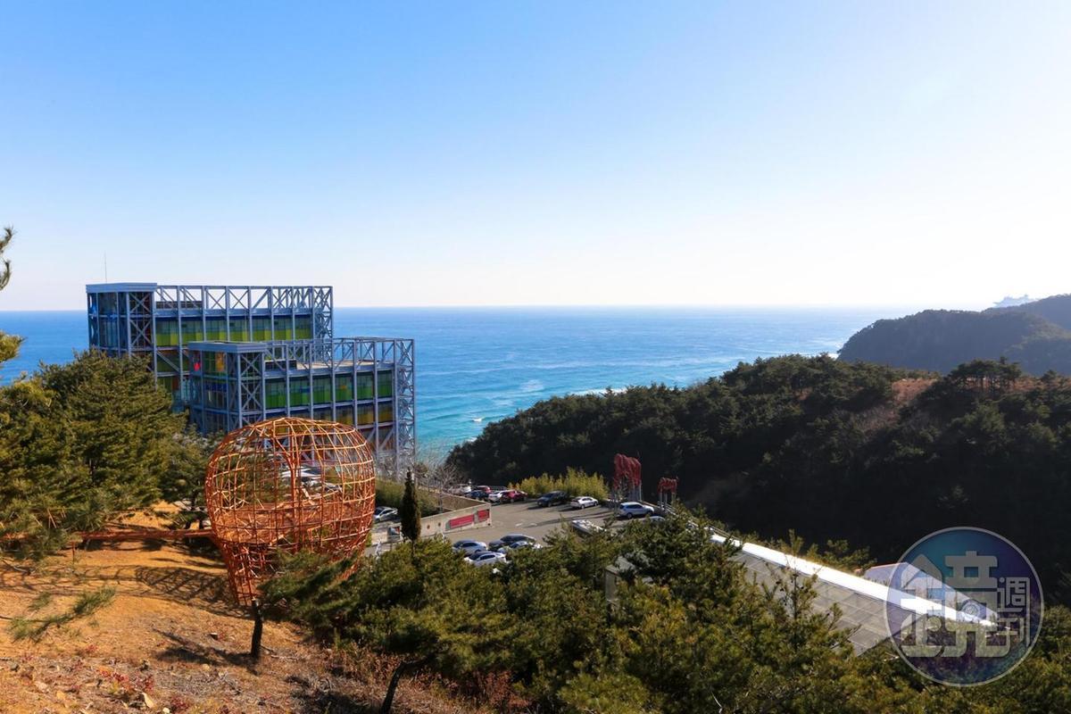 從戶外展區雕塑公園的山坡上,能夠看到美術館被大海圍繞的美景。