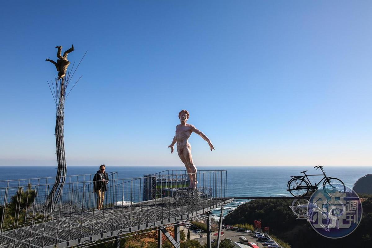 山頂上的觀景台有許多逗趣的雕塑作品,能夠讓民眾生動的合影。