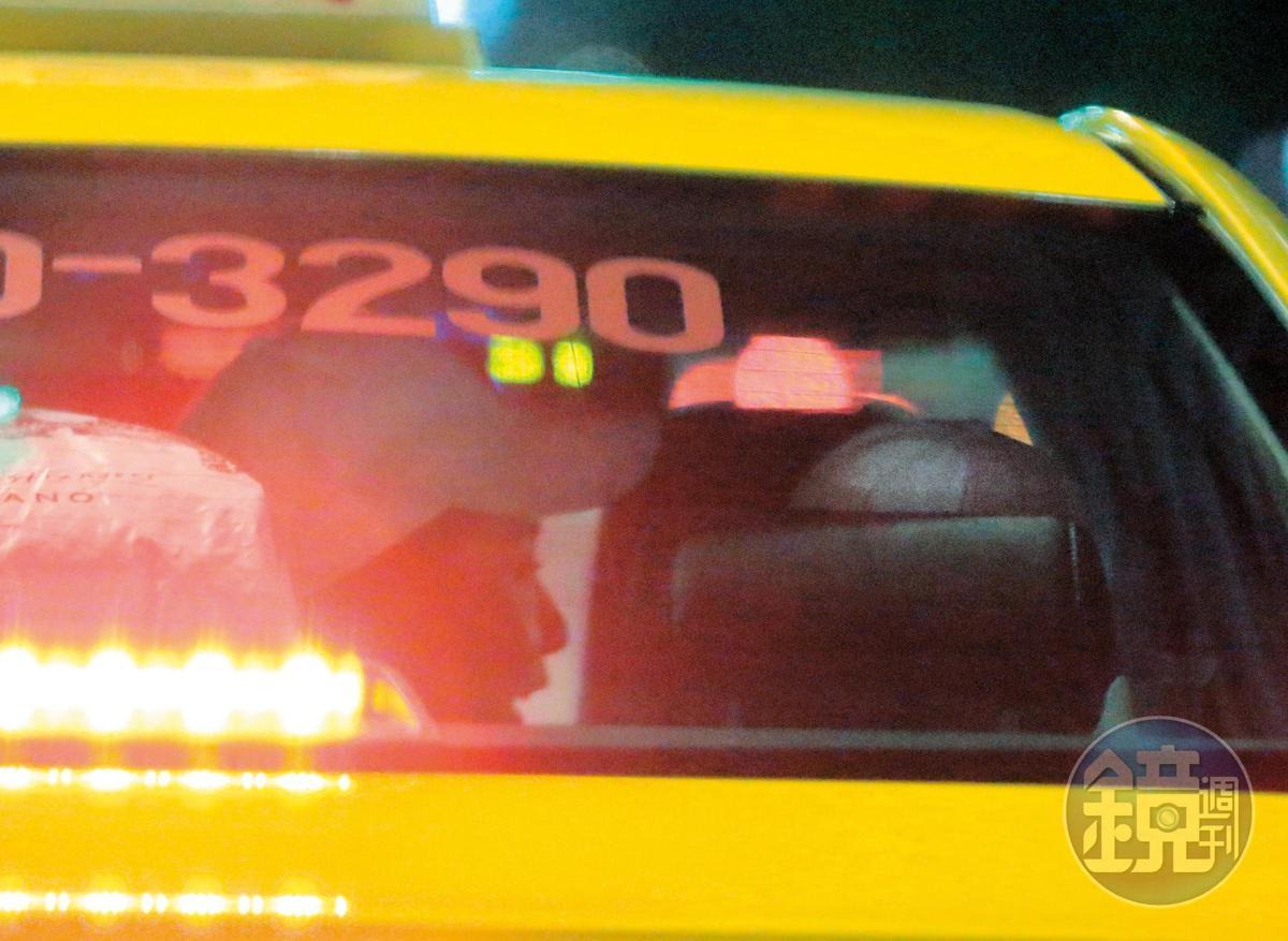19:15 從小黃後車窗清楚可見瑤瑤側臉,與以綸正在對話。