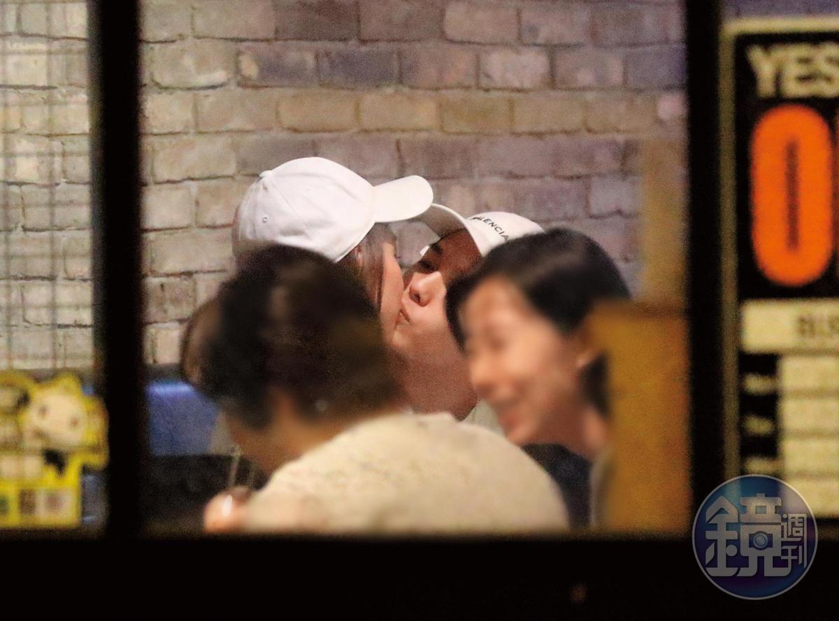 19:33 瑤瑤跟以綸忘情熱吻,絲毫不理睬旁邊還有其他人在談笑用餐。