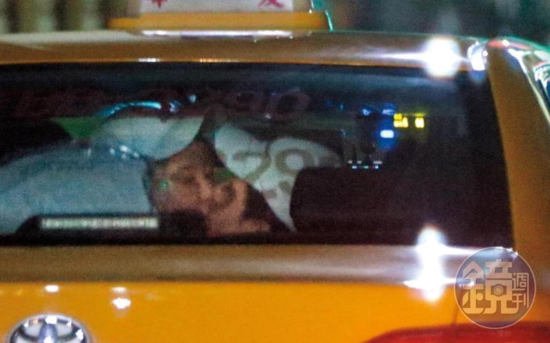 19:16 瑤瑤跟以綸愛火難耐,在小黃上就激吻起來,完全沒在管前面還有司機大哥在開車。