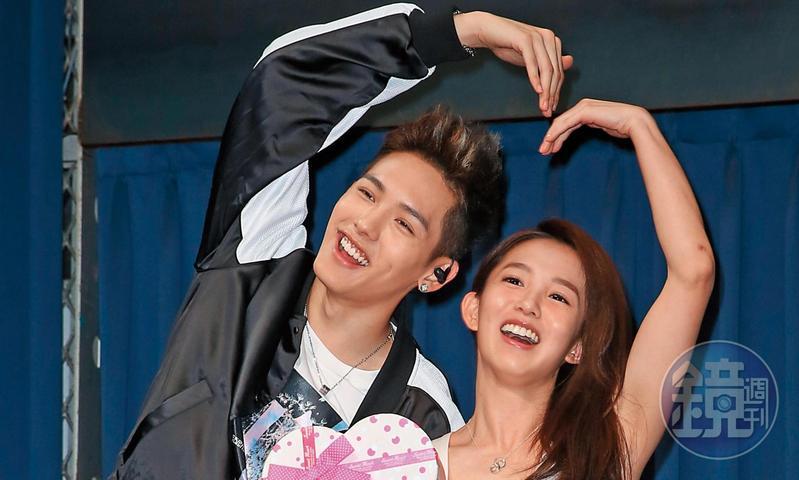 瑤瑤跟以綸因合作《稍息立正我愛你》而相熟,去年3月在以綸生日會上,郭書瑤還驚喜現身,兩人開心合比大愛心。