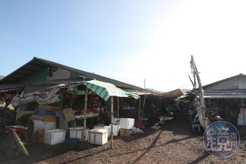 外觀看起來簡樸的傳統市場,供應所有當地人的生活所需。