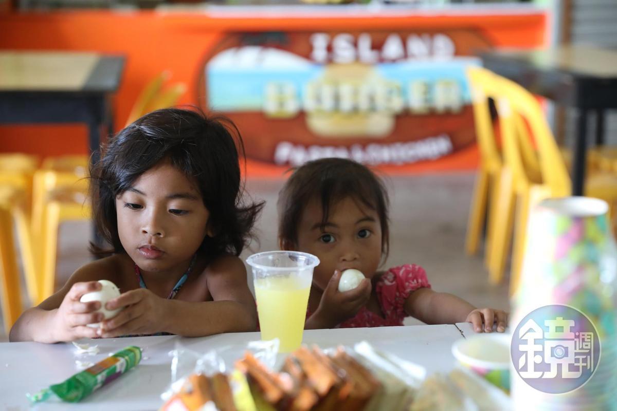 不少當地人在市場裡享受早餐。