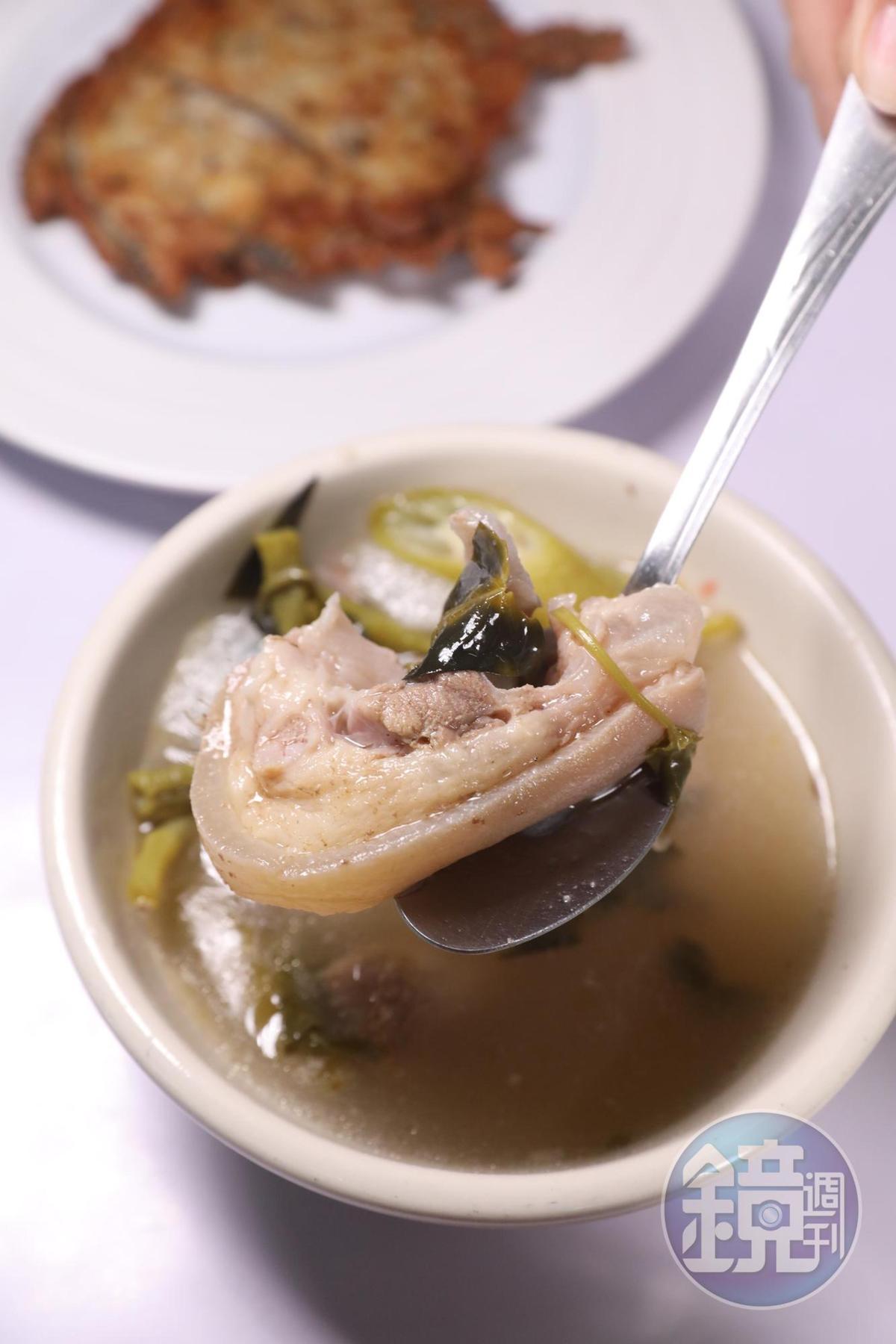 傳統市場裡的豬肉酸湯,嚐起來濃郁清香,酸味特別勾人食慾。(50披索/份,約NT$29)