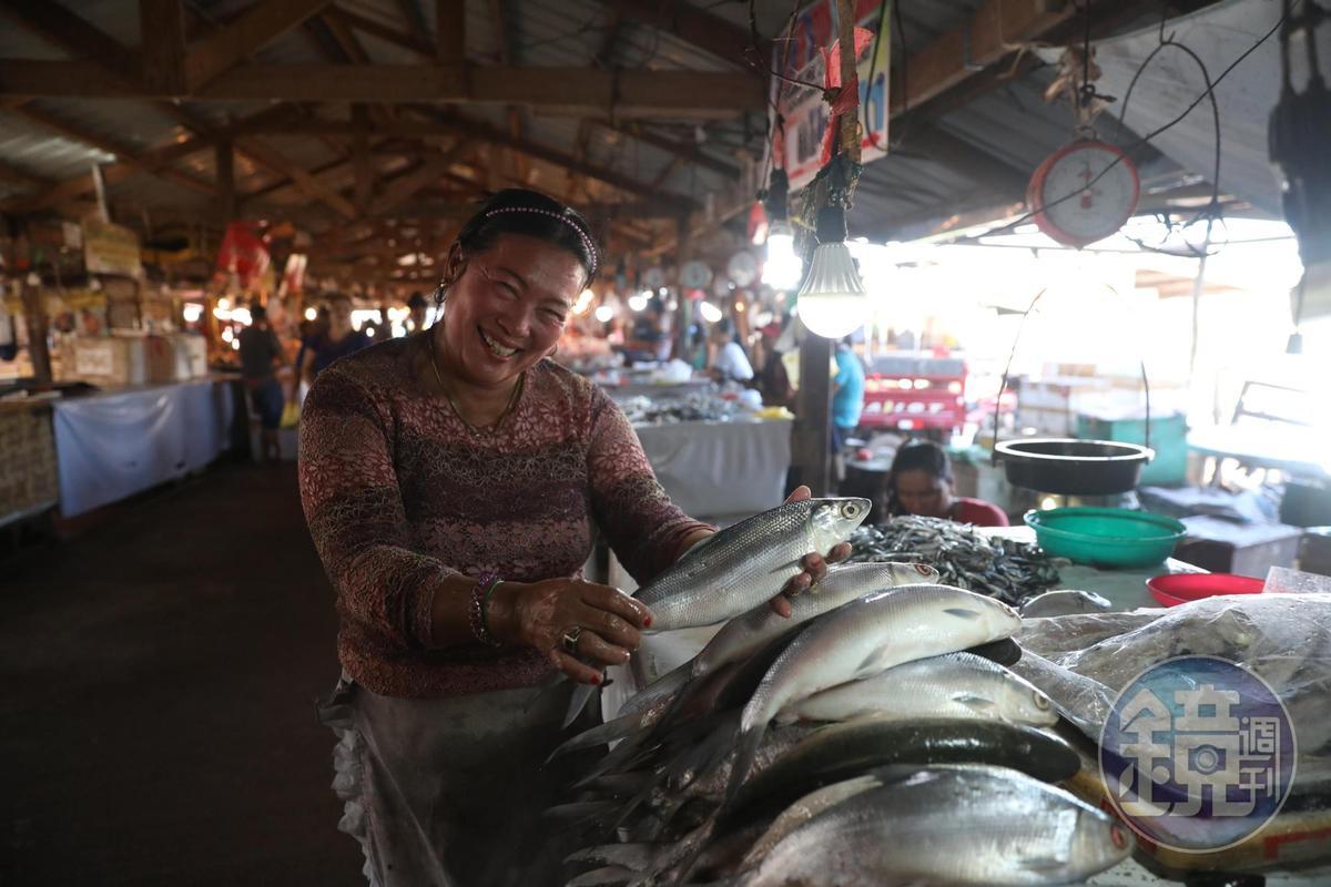 賣魚的女士看見旅客相機,絲毫不害羞,熱情對著鏡頭微笑。