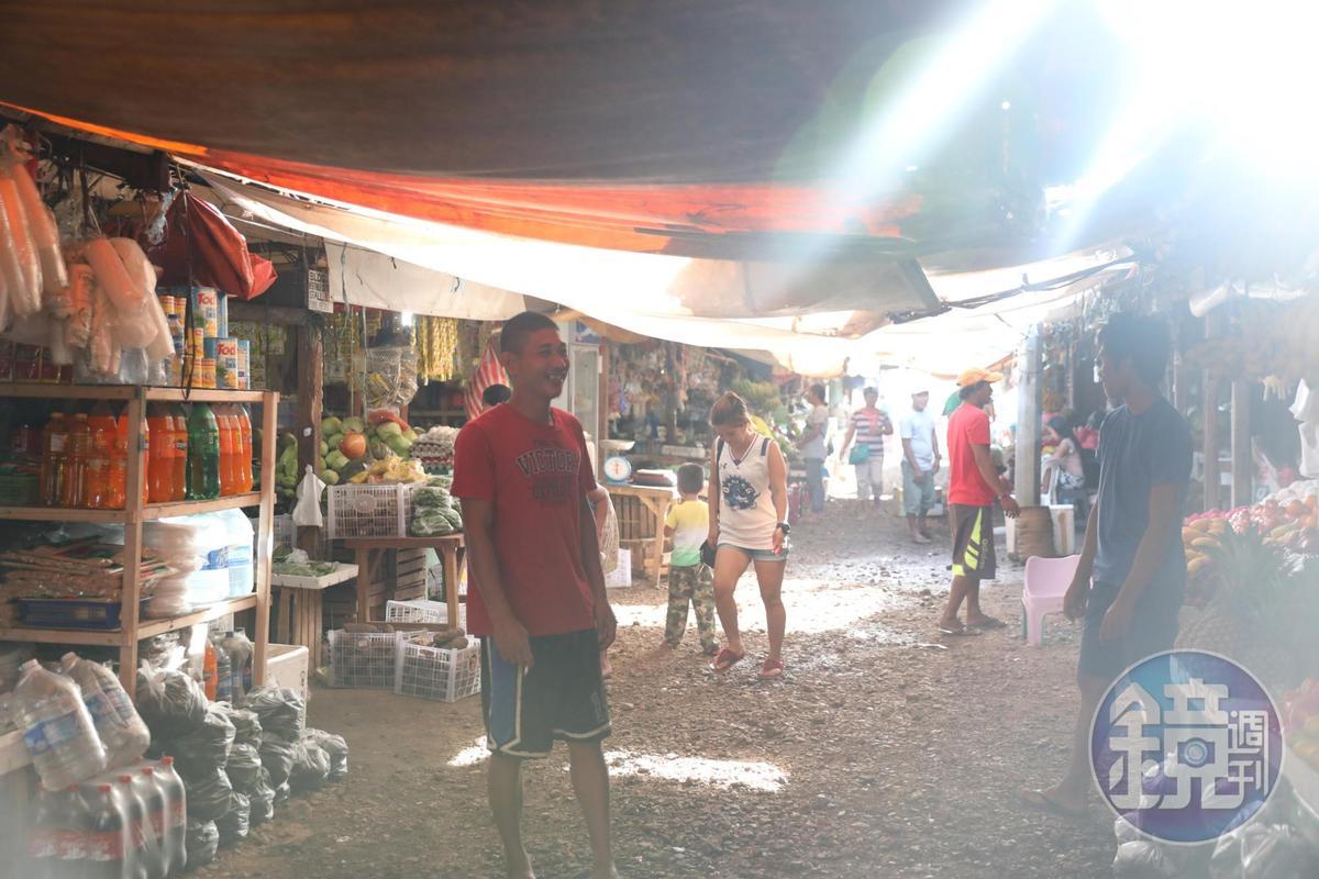 傳統市場裡頭販賣商品各自分區。