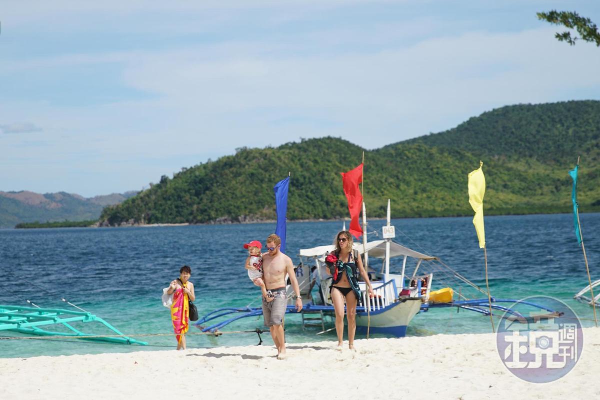 無人島「帕斯島」的沙灘幾乎是全白色的,不少旅客皆會在此用餐。