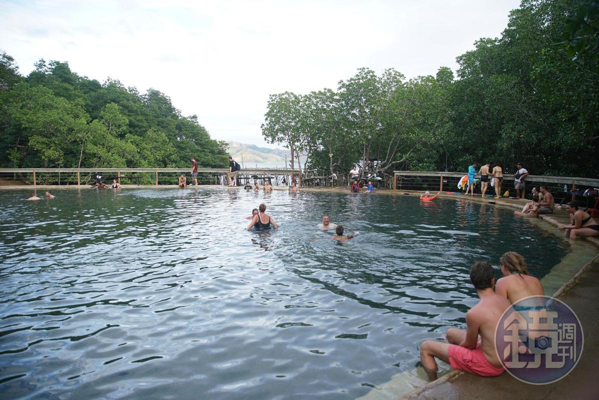 浮潛過後泡溫泉,可以舒緩一整天海上運動的疲累感。