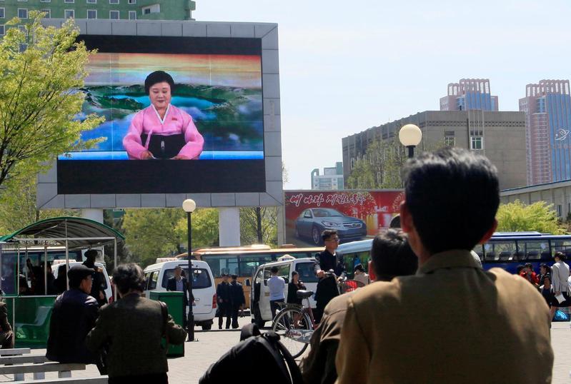 2018年4月21日,北韓平壤街頭民眾觀看電視報導宣布中止核試驗與洲際彈道導彈試驗。(東方IC)