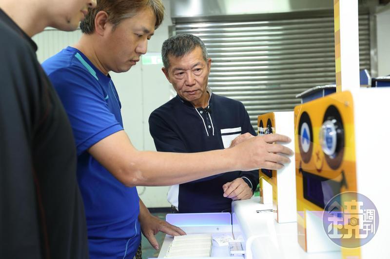 呂坤謀(右1)創業不假他人,不懂電子原理,便勤跑台北重慶南路書街翻書找資料。