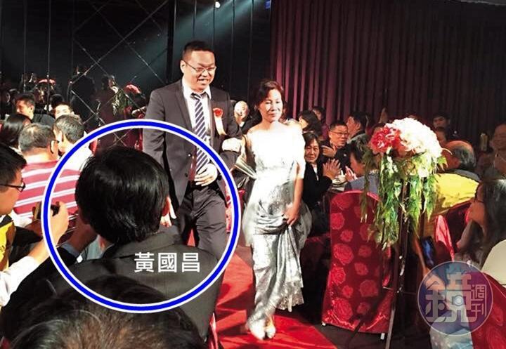 鮑魚養殖業者吳慈峰在臉書PO黃國昌參加他婚禮的照片。圖中新郎為業者吳鴻銘。(翻攝臉書)