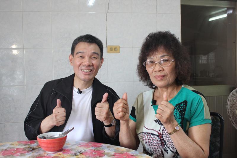 陳雷演唱會工作團隊特別到彰化西港老家拍攝,拍攝陳雷與媽媽的互動。(大大娛樂提供)