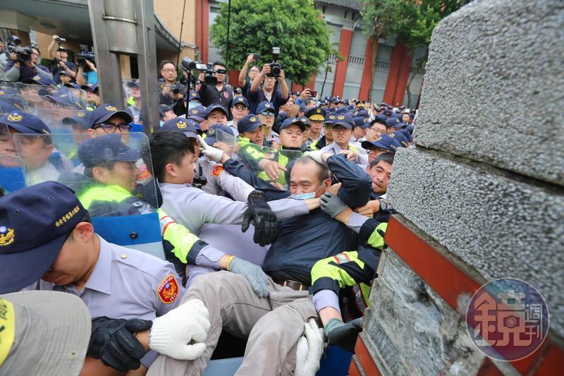 警方出動重兵以人牆阻擋陳抗民眾,遇闖入者即加以逮捕。