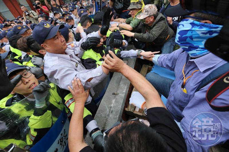 反年改團體八百壯士今聚集民眾在立法院大門口試圖衝入院區,與警方發生衝突。