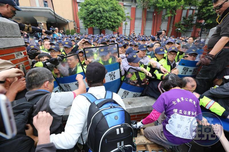 反年改團體破壞立法院圍牆,不斷往院內湧入,警方無奈以肉身阻擋。