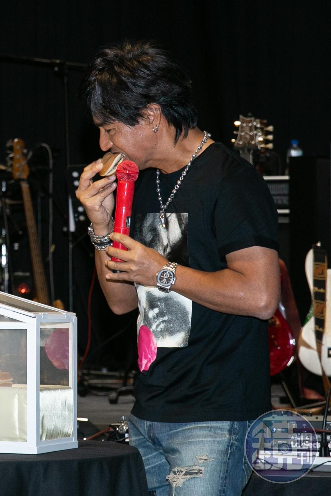 愛吃甜點的尤秋興,被下「封紅豆餅」,尤秋興抓空偷吃。