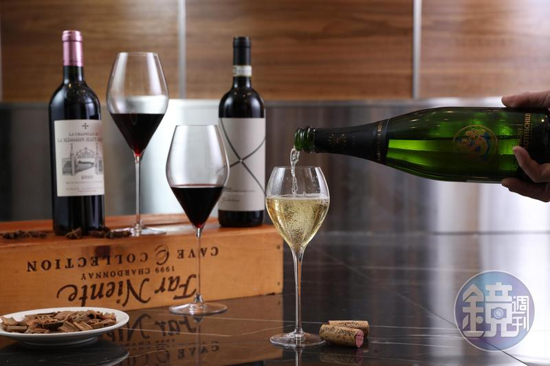 運氣好的話在單杯吧喝得到香檳。Rothschild家族的香檳,用3種葡萄混釀,落喉不甜。(前,800元/杯、3,200元/瓶),另有被法國5大酒莊之一Haut Brion買下的酒莊,所釀製的「La Chapelle de La Mission Haut-Brion 2008」(後排左,800元/杯、4,300元/瓶)個性強勁;來自義大利Barolo區的DOCG等級酒,風味細緻。(後排右,800元/杯、2,500元/瓶)