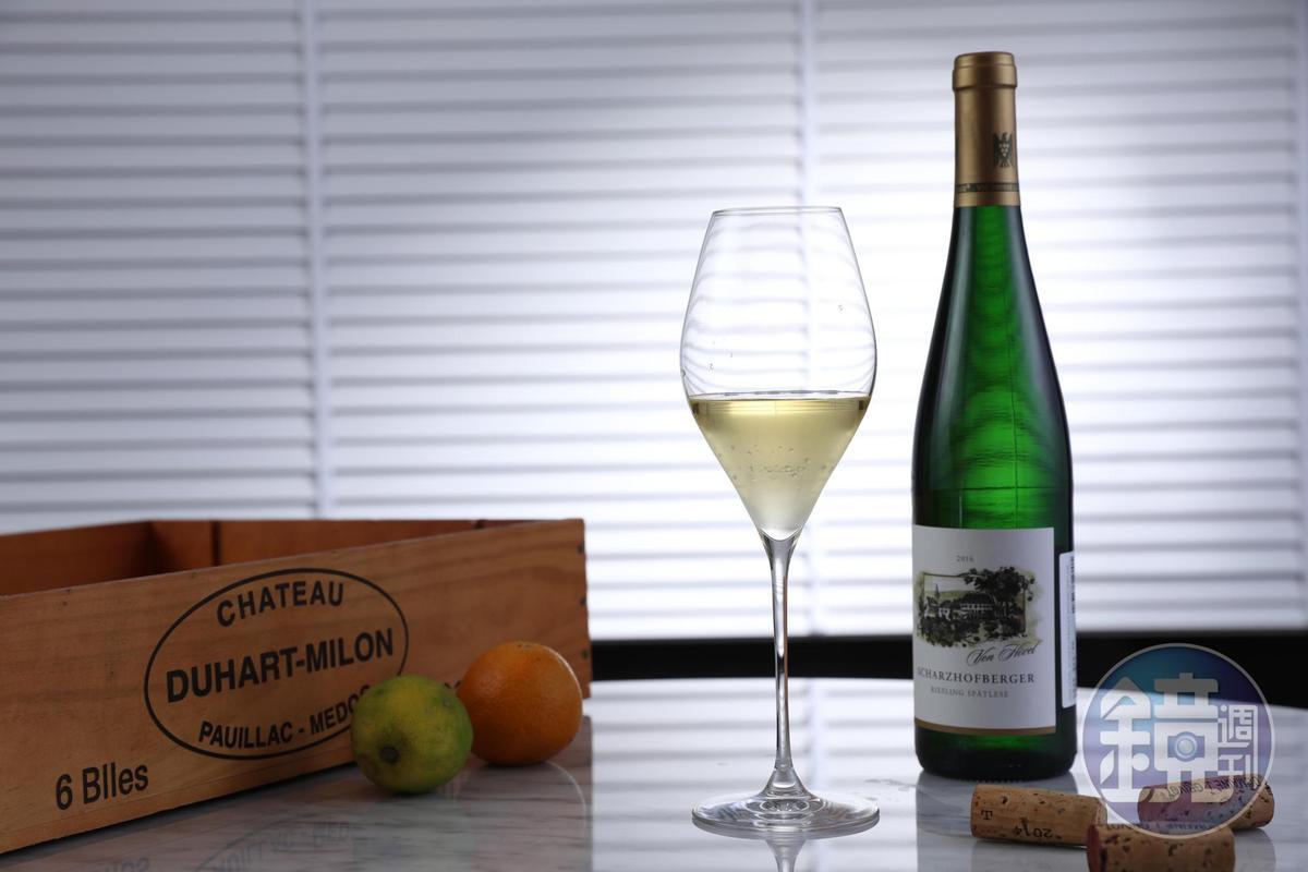 德國Riesling白酒「Von Hovel Scharzhofberger Riesling Spatlese 2016」酸度高,帶有蜜香,適合搭配亞洲料理。(300元/杯、1,900元/瓶)