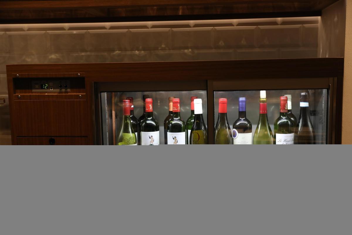 單杯酒款會放入玻璃酒櫃裡定溫冷藏,也有向客人展示的用意。