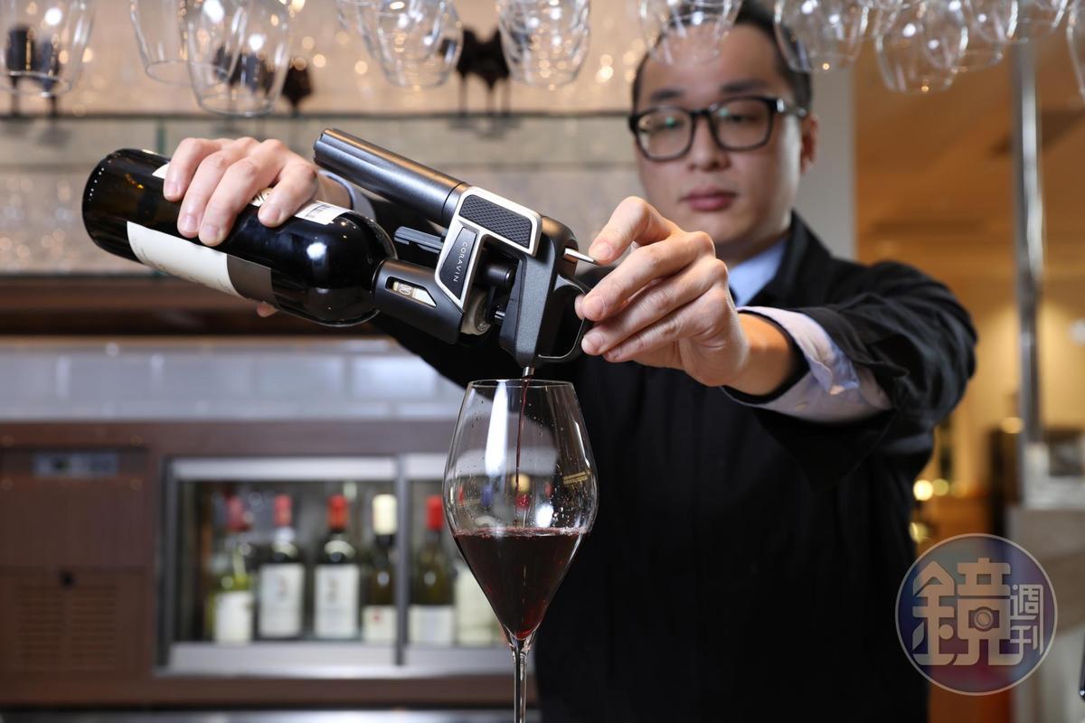 使用「Coravin」取酒器萃取酒液,取酒的同時會推入氬氣,保持瓶內壓力,來維持風味。