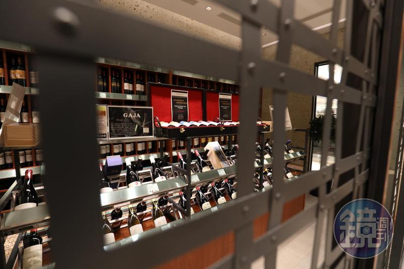 「ENOTECA台灣旗艦店」鐵柵門內是高價酒款的專用儲存空間,得請服務人員開門,否則不得其門而入。
