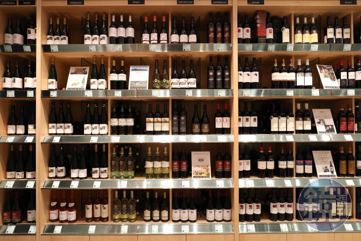紅白酒區依國家名擺放,找酒按牌索驥即可。