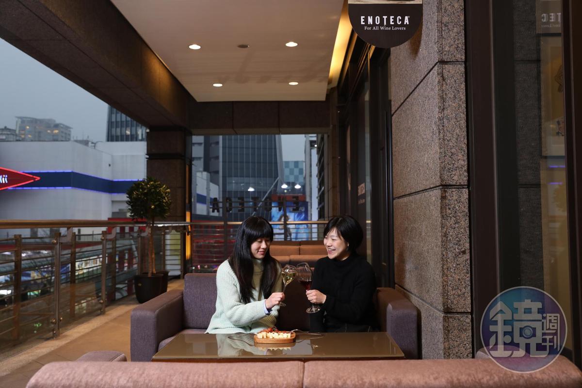 除了單杯酒單外,客人也可在這兒買酒後,請店員開瓶,舒服地享用。