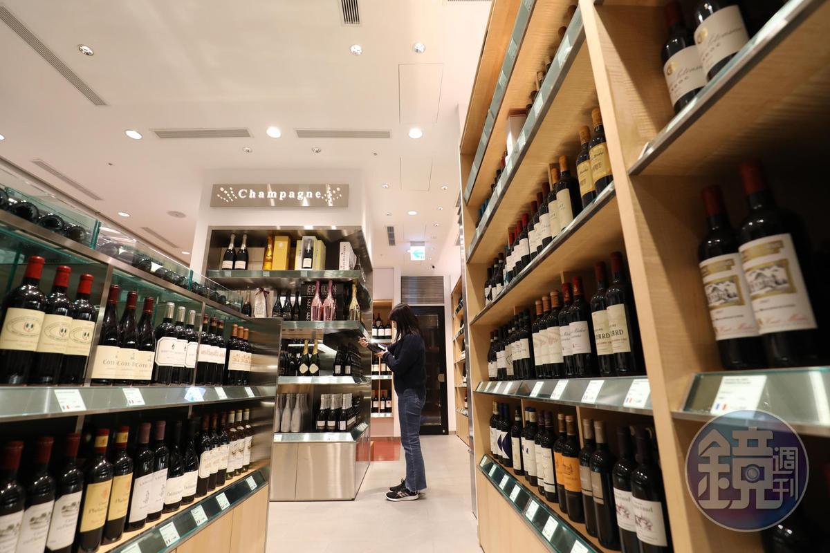 香檳及氣泡酒專區設在轉角,這點和日本相同。