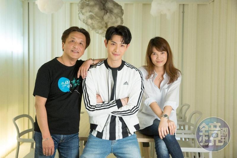 青春校園網劇《以你為名的青春》,由總製片人姚鳳群(左起)、演員晨翔、總編劇兼製片人汪秀賢攜手打造。