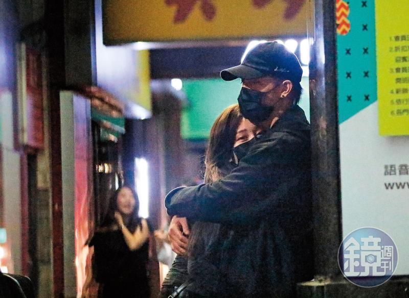 陳彥允街邊壁咚筱崎泫,熱戀心情表露無疑。