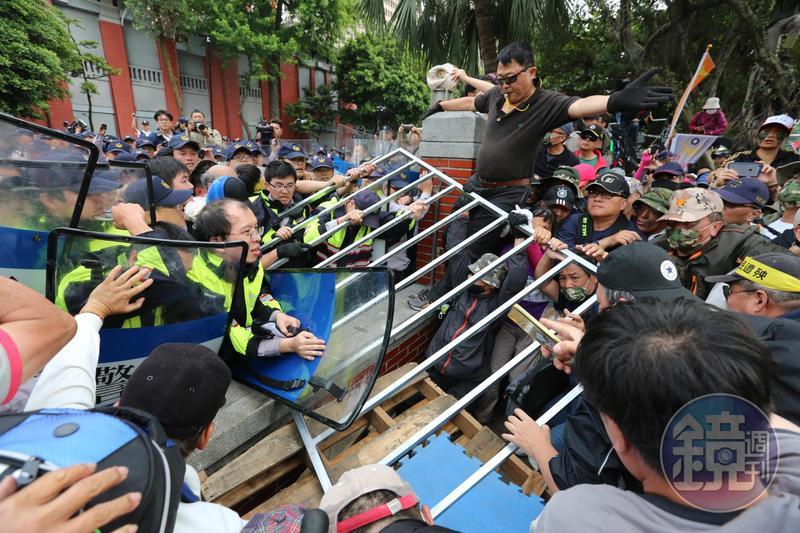 昨日反年改團體在立法院前抗爭,造成多名員警及媒體工作者受傷。
