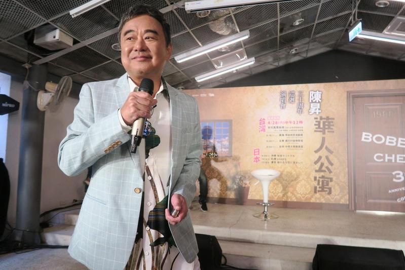 陳昇演唱〈擁擠的樂園〉等經典,隨興走到台下與媒體互動。(新樂園製作提供)
